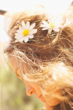 With grace in your heart and flowers in your hair. Marie Von Ebner Eschenbach, Daisy Hill, Summer Skin, Summer Beauty, Summer Makeup, Summer Solstice, Flowers In Hair, Her Hair, Flower Power