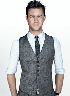 "Joseph Leonard Gordon-Levitt was born 33 years ago today in Los Angeles. And born to be the idol of a whole generation. A portrait of the young 2000s. Joseph today is not just that guy from ""500 Days of Summer"" or ""10 Things I Hate About You."" Today he also directs, produces, writes, sings, plays, writes and organizes one of the most innovative designs of today, Hit Record. All without losing that identity and elegance that became known, through creative clothes and well combined. ..."