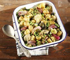 Μια απλή συνταγή, για να φτιάξετε μια ζεστή πατατοσαλάτα, πλούσια σε γεύσεις και αρώματα από την ελληνική φύση. Ιδανική σαν μεζές για τσίπουρο, αλλά και σαν συνοδευτικό για ψητό ψάρι.