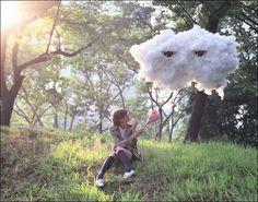 Воздушные облака, подвешенные к потолку, красиво украшают комнату и легко создаются собственными руками из обычной ваты или синтепона.