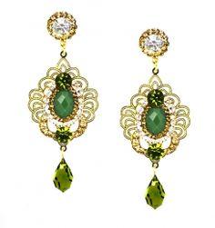 Brinco de festa dourado com pedra verde e cristais swarovski, base folheado a ouro.