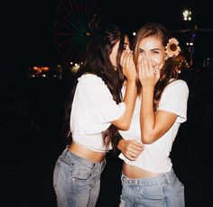 Gossiping l People Photography People Photography, Photography Poses, Friend Photography, Ideas Fotos Instagram, Friend Poses, Summer Outfits For Teens, Cute Friends, Best Friend Goals, Best Friends Forever