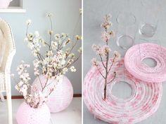 Súper bonitos, son estos centrode mesa con globos chinos para decorar las entradas a tu evento, utilizando jarrones cilíndricos por dentro para poner las flores. #DecoracionGlobosChinos