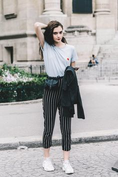 gray white t-shirt with graphic + black high-waisted white vertical pinstriped cropped pants + white Nike sneakers + suede leather jacket Celebrity Fashion Outfits, Street Style Outfits, Looks Street Style, Celebrity Style, Fashion Mode, Look Fashion, Teen Fashion, Fashion Trends, Rock Style