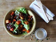 Salade de courge épicée et grenade, sauce sésame