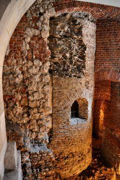 pozostałości po Rotundzie Najświętszej Marii Panny z 2 poł. X wieku; prawdopodobnie budownictwo jeszcze czeskie; Rotunda to tetrakonchos, tj krzyż o cylindrycznym sercu o ramionach w formie apsyd. Prawdopodobnie przekryta kopułą, a do jednej z apsyd (zach.) przylegała wieża z emporą. Kazimierz Wielki przemianował świątyńkę na pw. Feliksa i Adaukta, rzymskich męczenników.