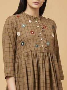 Outfits For Women – Lady Dress Designs Girls Dresses Sewing, Stylish Dresses For Girls, Stylish Dress Designs, Dress Neck Designs, Designs For Dresses, Blouse Designs, Kurti Sleeves Design, Kurta Neck Design, Cotton Dresses Online