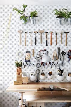 Un panneau d' isorel perforé pour organiser un atelier http://hello-hello.fr/10-diy-pour-optimiser-lespace/