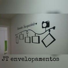 Adesivo de parede para colocar fotos... otima decoração simples.