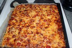 Tyttäreni 5-vuotissyntymäpäiville tein tälläisen meetvursti-kinkkupiirakan (pellillinen), mansikkamaitosuklaa-hyydykekakun ( ohje ) s... Lasagna, Food And Drink, Pizza, Cheese, Ethnic Recipes, Lasagne