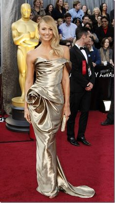Stacy Keibler arrived at the 2012 Oscars to support her boyfriend George Clooney, who competed for Best Actor Award. Stacy looked stunning in a luxurious Marchesa dress.
