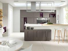 une cuisine blanche et moderne avec des armoires grises