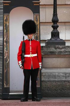 Dare to Disobey Rick Steves in London. This guide to three days in London will help you prioritize the popular sites while finding cool new spots to visit. English Clothes, Queens Guard, Royal Guard, The Guard, Rick Steves, David Cameron, British Soldier, Buckingham Palace, European Travel