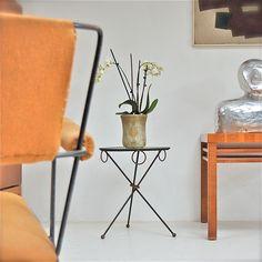 Een minimalistische interieur, gecombineerd met frivole Franse accenten en links of rechts een kamerplant … dat is de stijl waar we meer en meer naar toegroeien. Het model van dit tafeltje bestaat al bijna 100 jaar maar hedendaagse interieurontwerpers zijn er nog steeds tuk op. En wij dus ook, want de echte oude zijn moeilijker …