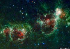 """'Heart And Soul Nebulosas' Cassiopeia captadas por la NASA (IMAGEN) Las nebulosas a unos 6.000 años luz de la Tierra, son """"fábricas de estrellas"""" que miden unos 580 años luz de diámetro. Wired explica que el retrato de la Cassiopeia nebulosas se """"unirán de 1.147 fotogramas individuales."""""""