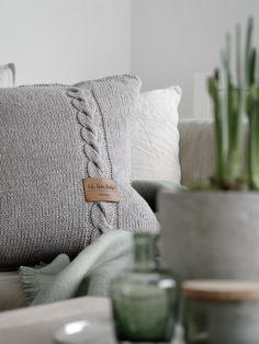 Cushion cover with leather label - DIY, Wohnen & Deko - Knitting Ideas Diy Pillows, Cushions, Throw Pillows, Diy Cushion Covers, Pillow Covers, Knitting Patterns, Crochet Patterns, Crochet Diy, Leather Label