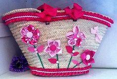 capazo                                                                                                                                                                                 Más Summer Handbags, Straw Handbags, Summer Bags, My Bags, Purses And Bags, Fru Fru, Flower Bag, Creation Deco, Diy Handbag