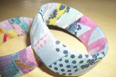 tetrapack bracelet    http://reciclagemearte.blogspot.co.uk/2011/08/passo-passo-pulseira-ecologica-tetrapak.html