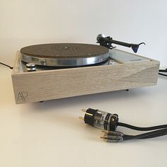 Thorens td 150 restaurée par Audio Pasdeloup. Mélange de céjeira et chêne. Bras Rega 301, cable Rhodium soudé sans plomb, prise furutech. Plateau poli.
