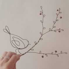 Un oiseau sur une branche # lespochespercees - Nähen - Wire Crafts, Rock Crafts, Metal Crafts, Diy And Crafts, Arts And Crafts, Wire Wall Art, Art Fil, Wire Jig, Hanger Crafts