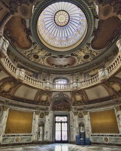 """El increíble """"Gran Hall de Honor"""" del Palacio Paz, mide 21 metros de alto y el piso está conformado por mosaicos y mármoles italianos. La cúpula es un vitral a modo de corona que en el centro tiene la imagen de Luis XIV, el """"Rey sol"""". Luis Xiv, Big Ben, Tower, Building, Buenos Aires, Argentina, Palaces, Mosaics, Flats"""