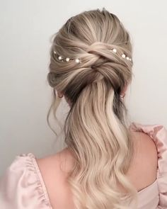 Will you wanna learn how to romantic half up do ➡ Topsy tail with pearl hair clips? View the link below to get more Stunning Spring Bridal Ponytail Hairstyle Tutorials For Long Hair! Bride Hairstyles For Long Hair, Fancy Hairstyles, Hairstyles Videos, Wedding Hairstyles, Bridesmaid Hair, Prom Hair, Hair Wedding, Ponytail Hairstyles Tutorial, Hairstyle Tutorials