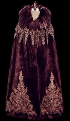 Art Deco Cape (The Frock). Has a truly traditional Bohemian style! Vintage Gowns, Vintage Coat, Vintage Outfits, Historical Costume, Historical Clothing, Edwardian Fashion, Vintage Fashion, Beaded Cape, Retro Mode