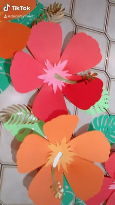 Hawaii Party Decorations, Simple Birthday Decorations, Luau Theme Party, Paper Origami Flowers, Giant Paper Flowers, Diy Flowers, Paper Flower Patterns, Paper Flower Tutorial, Festa Moana Baby