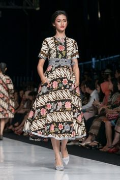 Jakarta Fashion Week 2014 – Edward Hutabarat – The Actual Style Blouse Batik, Batik Dress, Mode Batik, Tulle Skirt Tutorial, Jakarta Fashion Week, Batik Kebaya, Batik Fashion, Skirt Outfits, Plaid Outfits