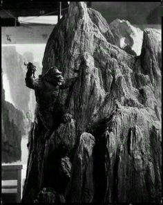 A Tiny King Kong Behind the Scenes: List of the 100 Best BTS Photos from Iconic Movies King Kong 1933, Famous Movies, Iconic Movies, Sci Fi Movies, Old Movies, Geek Movies, Horror Movies, Cool Monsters, Famous Monsters