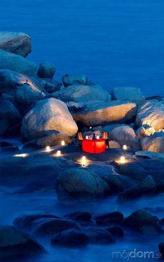 Vychutnať si môžete aj o niečo drsnejšiu vodnú krásu na skalnatom pobreží. Jemné svetlo sviečok sa postará o to, že aj chladné balvany nás chytia za srdce. Namiesto hudby sa započúvate do šumu mora. Romantický hľadači určite nájdu aj v našich zemepisných šírkach breh rieky, kde sa dá vyčariť podobná atmosféra. Pomôcť by mohla aj kamenistá časť záhrady so skalničkami...Rozhodujúce slovo má však naše správne naladené vnútro.