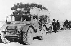 70 anos do fim da Segunda Guerra Mundial Legenda: Coluna de tropas italianas se camuflam durante a Campanha da África (Keystone/Getty Images)