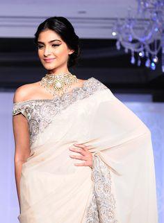 Sonam Kapoor  love the necklace