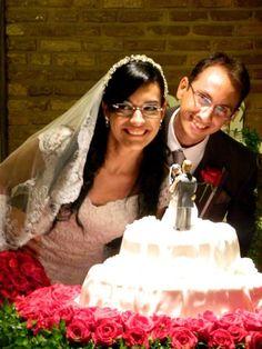 Mais um casal mostrando a felicidade diante do seu topo de bolo que foi feito com suas características. Momento de felicidade marcado com essa escultura feita através das fotos dos dois.   Orçamentos: terezabiscuit@yahoo.com.br