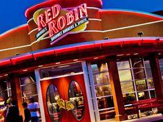 """Cuando el administrador de Red Robin se acercó a la mesa de uno de sus clientes, notó que su esposa estaba embarazada, a lo que él comento """"De seguro este será su último plato antes de ir al hospital"""". A la hora de pedir la cuenta aparecía un descuento con el mensaje """"Buena suerte para la futura mamá"""". Lee la historia completa aquí:  http://consumerist.com/2013/01/07/this-is-the-kind-of-message-restaurant-employees-should-be-leaving-on-receipts/  www.redcalidad.com"""
