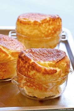 Souffle with Parmesan. For 6 bowls 50 cl milk 8 egg 100 g butter 60 g flour 150 g parmesan grated nutmeg salt and white pepper Source by elsacourthiade Tapas, Cooking Time, Cooking Recipes, Healthy Recipes, Parmesan, Cheese Souffle, Souffle Recipes, Cuisine Diverse, Quiches