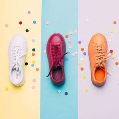 Creativa para que mejores las Fotos de Producto de tu Tienda Online Lilac monochrome sneakers BeautiFeel shoes Flat Lay Photography, Clothing Photography, Fashion Photography, Foto Still, Instagram Shoes, Shoe Advertising, Shoes Ads, Creative Shoes, Shoe Display