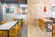 Construído na 2015 na Brasília, Brasil. Imagens do Joana França. O projeto para o Pastucci nasceu de um grande desafio: encaixar em uma pequena loja uma casa de massas artesanais e um bar de cervejas especiais. A...
