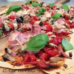 Mountain Bread Pizza 1 x rye mountain bread Bega country light grated cheese leggos tomato pizza sauce dons shaved ham Capsicum diced Oni… A1 Recipe, Tomato Pizza Sauce, Stuffed Mushrooms, Stuffed Peppers, Healthy Pizza, Weight Watchers Meals, Pizza Recipes, Vegetable Pizza, Yummy Food