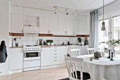 Köket har gott om arbetsytor samt förvaring. Haga Östergata 26 - Bjurfors