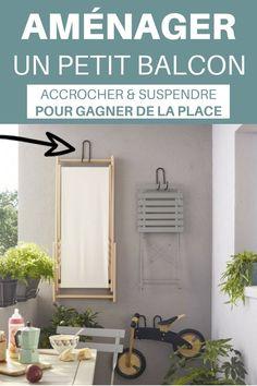 Aménager un petit balcon en utilisant des crochets muraux pour suspendre le mobilier ou les affaires qui peuvent encombrer le sol. Découvrez d'autres astuces simples et pratiques pour l'aménagement de votre petit balcon !