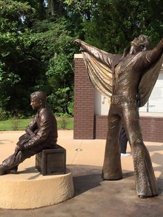 New statues unveiled in ELVIS PRESLEY's birthplace Tupelo MS. ‪#‎Elvis2015‬ -
