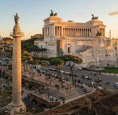 Roma La colonne Trajane est une colonne triomphale romaine située sur le forum de Trajan à Rome