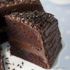 Torta húmeda de chocolate decorada
