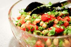 En gang imellem kan aftensmaden sagtens stå på en lækker salat!  Basilikum og solmodne tomater går jo altid godt sammen. Mikset med  kikærterne, får salaten ekstra fylde og de lækre modne avocadoer, giver et  blødt twist og fungerer godt sammen med den syrlige dressing.  Jeg endte ud med en ri