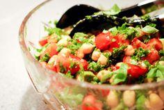 Salat med tomat, kikærter og avocado — Sesam, Sesam