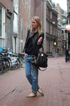 Boyfriend jeans, leather jacket and Michael K. Fashion Books, Fashion Outfits, Womens Fashion, Boyfriend Jeans Style, Moderne Outfits, Citizens Of Humanity Jeans, Casual Elegance, What To Wear, Style Me