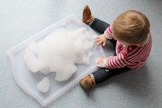 J'offre toujours la possibilité à mon bébé,de toucherle plus possible son environnement. Comme tous les autres sens,le touchera beaucoup d'importance.Il lui permetde découvrir, absorberet comprendrele monde, à son rythme.Pour cela, jelui proposetrès régulièrementdes plateaux, bacs ou paniers sensoriels à explorer librement,sur un thème précis.En ce moment, nous sommes très portés sur les saisons à la maison. J'ai donc créé un plateau d'hiver enneigé… grâce à la mousse du bain…