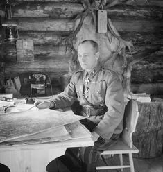 14. Divisioonan komentaja kenraalimajuri Erkki Raappana työpöytänsä ääressä.