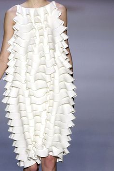 Terrific ruffles from Giambattista Valli fall via Cool Chic Style on… 3d Fashion, Estilo Fashion, White Fashion, Fashion Details, Fashion Design, Fashion Women, Mode Inspiration, Morning Inspiration, Sculptural Fashion